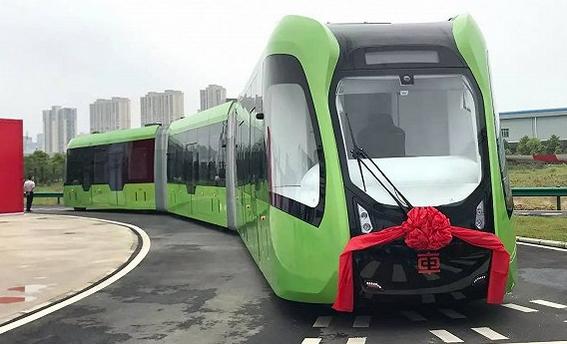 我国建造的全球首列虚拟轨道列车面世