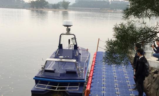 国内领先的全自主无人艇首航:配备有GPS等多种传感器