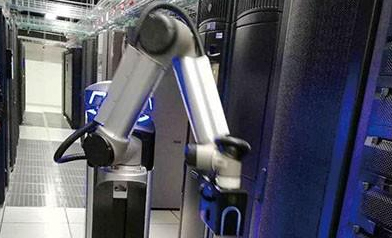 带多传感器的智能机器人用在数据中心基础设施巡检中