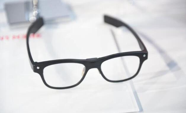 日本公司用内置传感器的眼镜监测员工的注意力集中情况